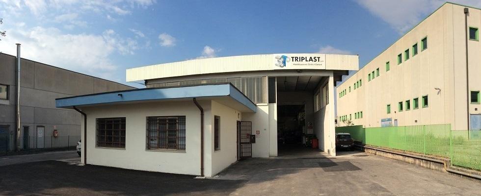 un edificio con l'insegna triplast