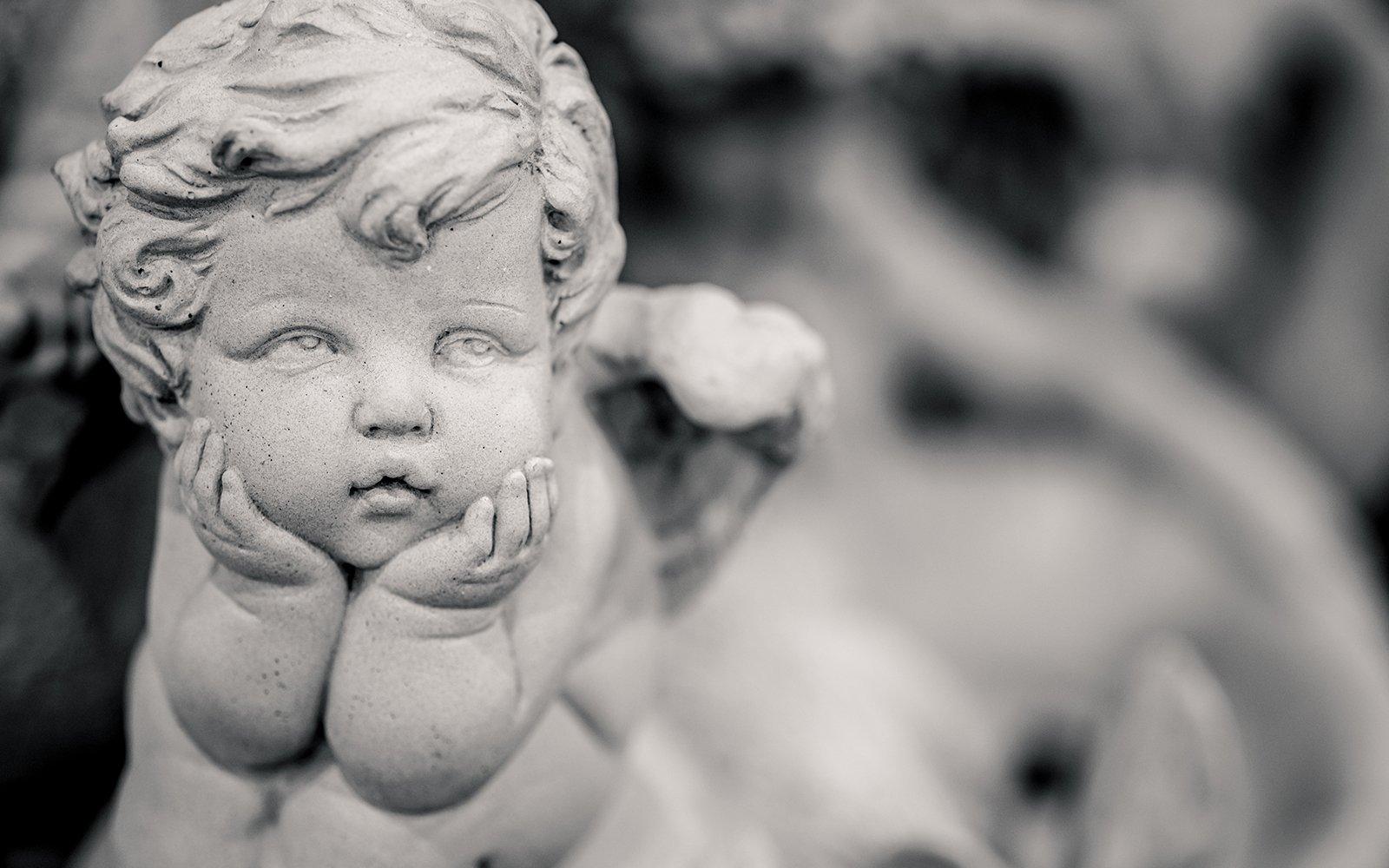 una statua di un angioletto