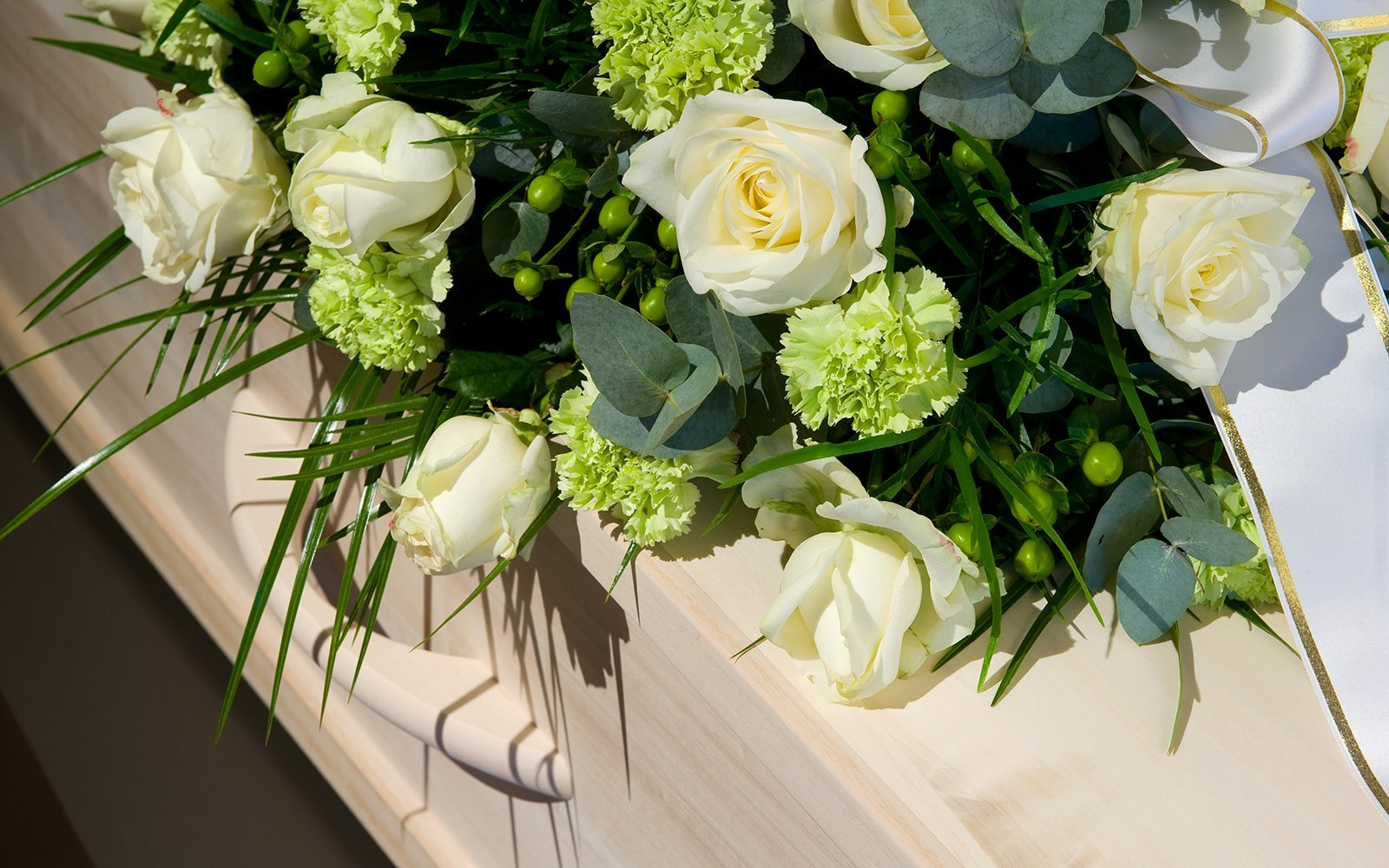 delle rose bianche su una bara