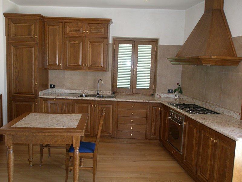 una cucina completamente attrezzata in legno