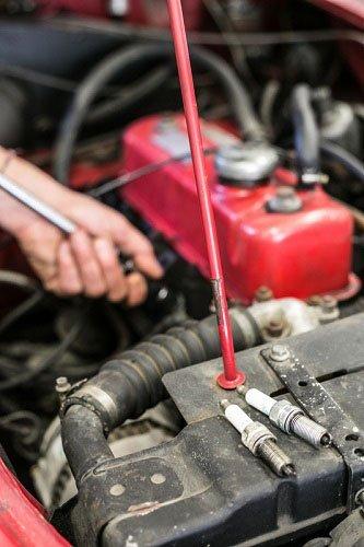 vista del motore di una macchina con due candele appoggiate sopra