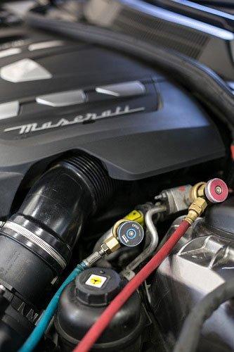 vista del motore e di altri componenti di un Maserati