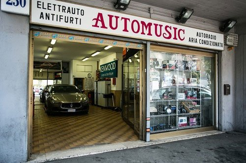 vista dall'esterno dell'elettrauto con insegna con scritto Automusic