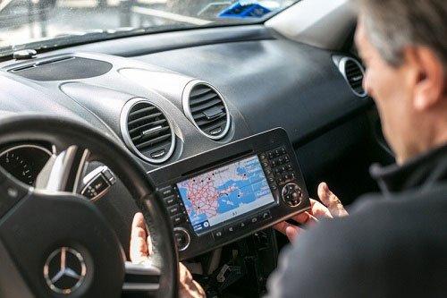 un elettrauto controlla un autoradio con navigatore appena installata