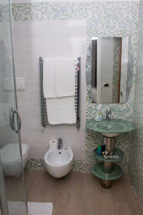 bagno con sanitari verdi
