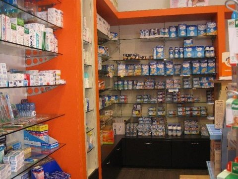 angolo della farmacia con prodotti per la cura del corpo