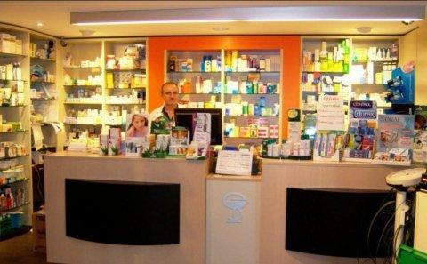 vista frontale bancone della farmacia