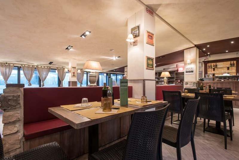 sala ristorante con panche e divani