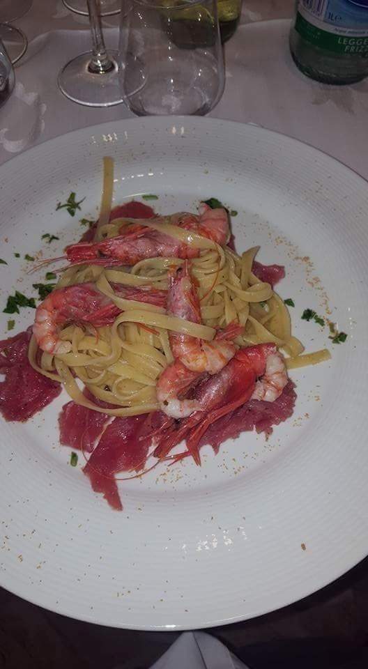 Fettuccine con gamberi gallipoli su letto di tonno fresco