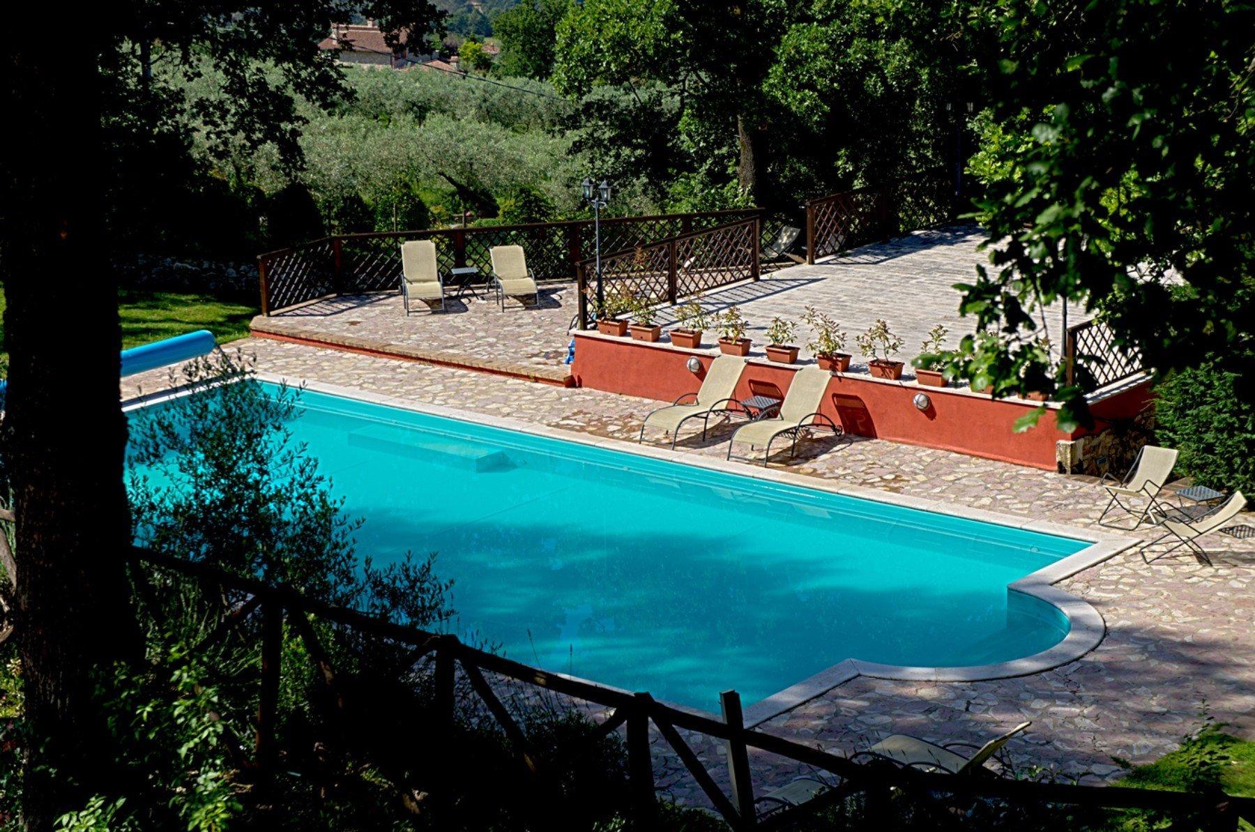 vista dall'alto di una piscina con delle sdraio