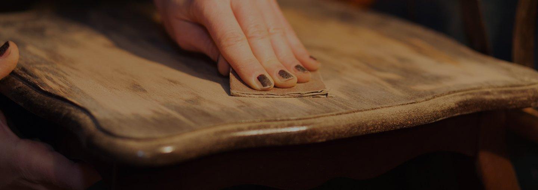 Mano di una donna al lavoro di levigatura del legno a Volpago del Montello