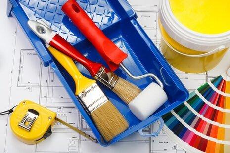 pennelli, metro, scheda colori, vaschetta per pitturare
