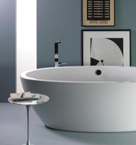 vasca da bagno installata al centro del bagno