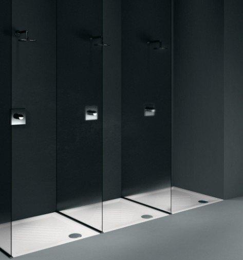 tre box doccia speculari a parete nera