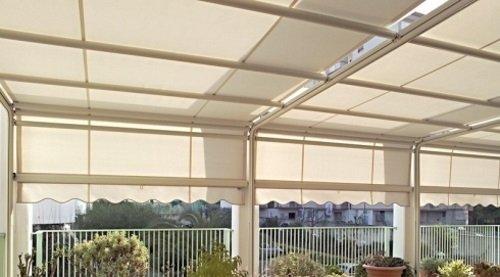 Recinzione di terrazza con tende de sol bianche
