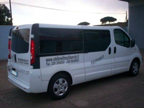 un furgone bianco con vetri neri
