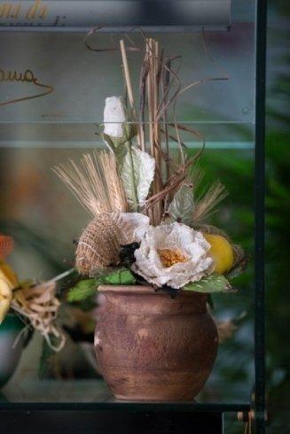 vaso con fiori finti