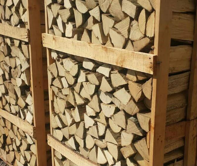 della legna in una gabbia