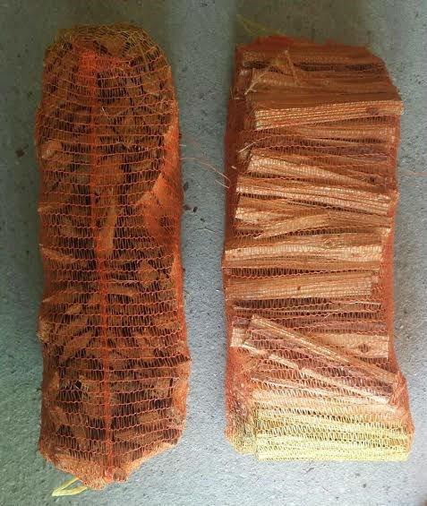 della legna dentro a delle reti