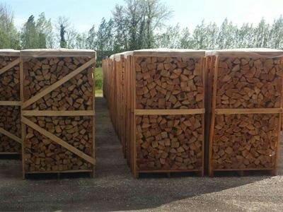della legna dentro a delle gabbie