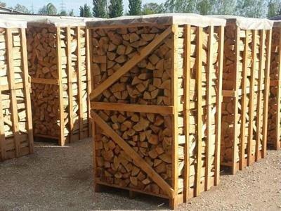 delle gabbie con dentro della legna