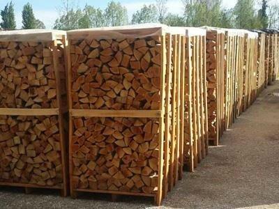 delle gabbie con della legna