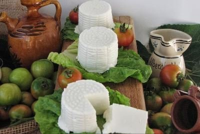 tre ricotte intere e non su delle foglie di insalate e dei pomodorini