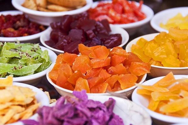 Delle coppe con della  frutta candita