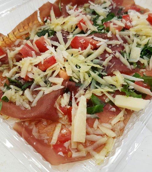 bruschetta di prosciutto, pomodoro e formaggio