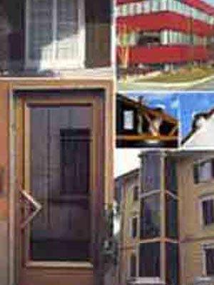 una porta e degli edifici