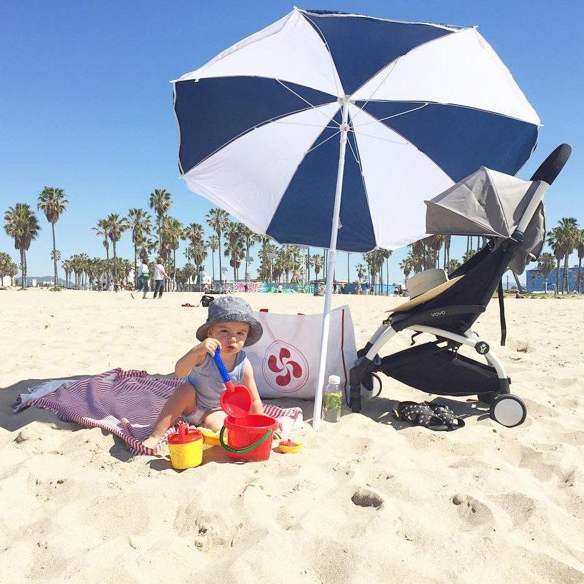 bambino alla spiaggia che gioca
