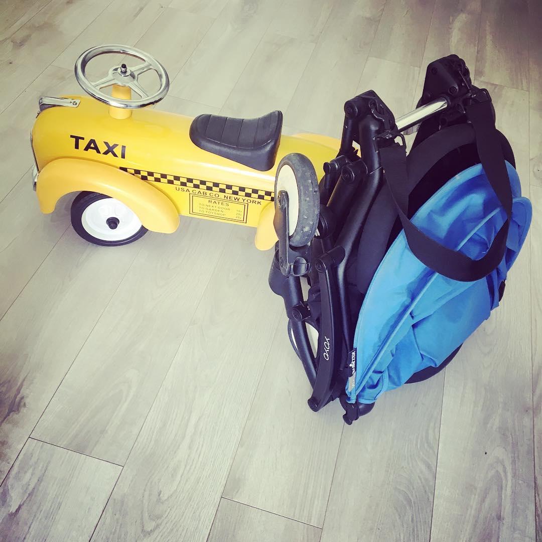passeggino con giocattolo giallo