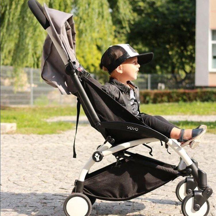 bambino seduta su un passeggino