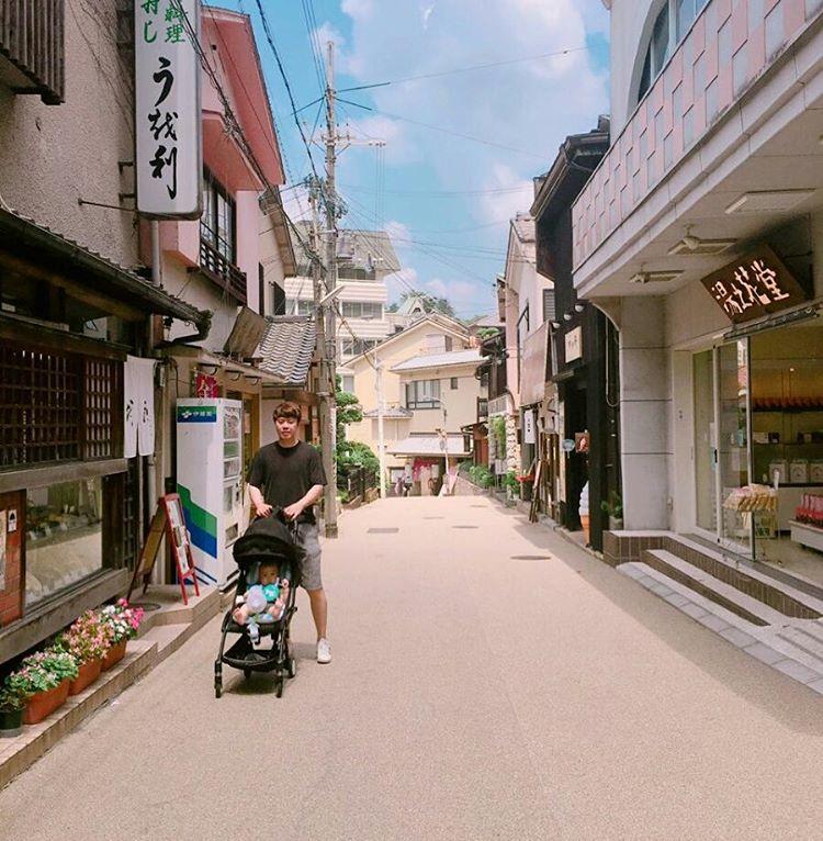 uomo corre con un passeggino sulla strada