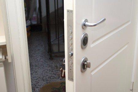 Aprire la porta di sicurezza con le chiavi nell'accensione