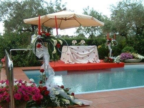 Tavolo da sposi a bordo piscina