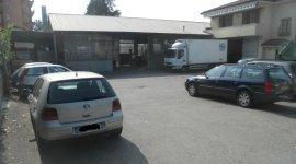 capannone, macchine, parcheggio esterno