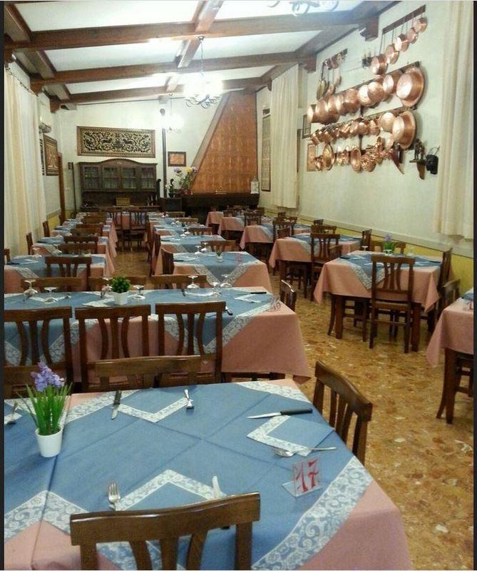 serie di tavoli nel ristorante