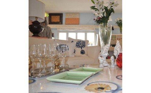 Tavolo con tovaglia decorata