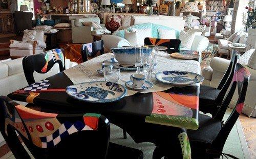 Tavolo con piatti in ceramica