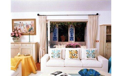 salotto arredato con divano