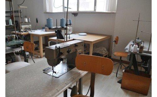 tavolo con macchina da cucire
