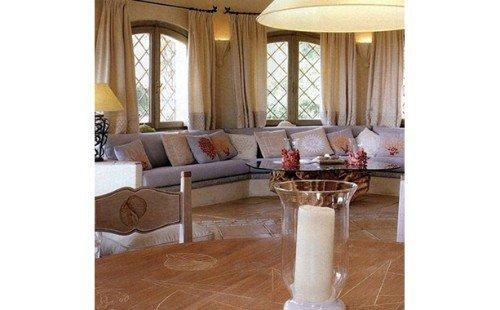 salotto con divani e ampie finestre
