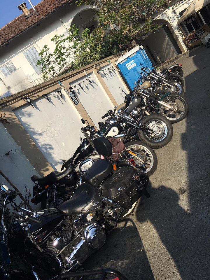 Vista laterale di moto parcheggiate all'esterno dell'officina