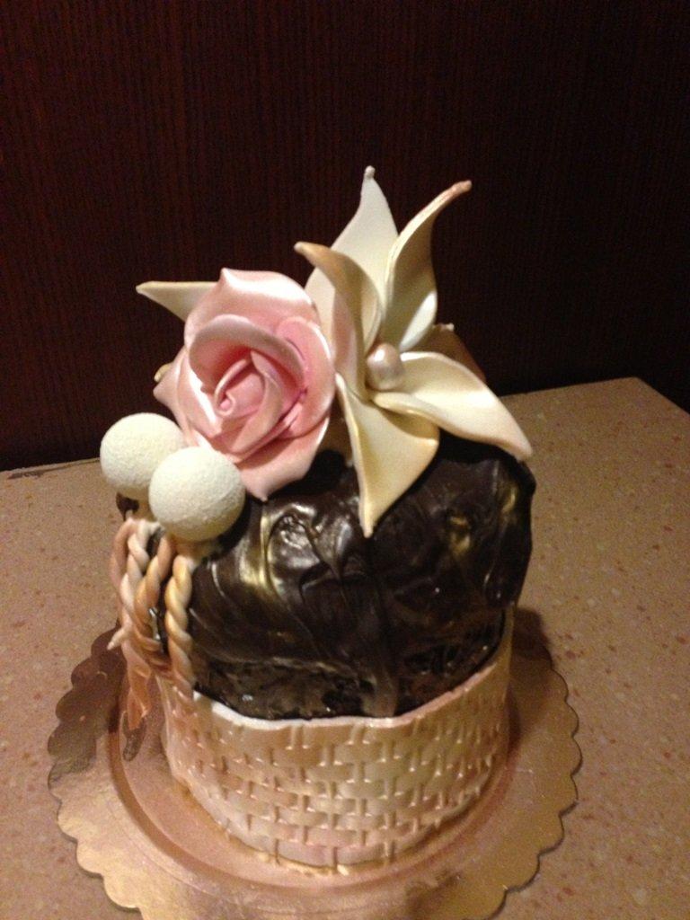 pandoro ricoperto di cioccolato con fiore in pasta di zucchero