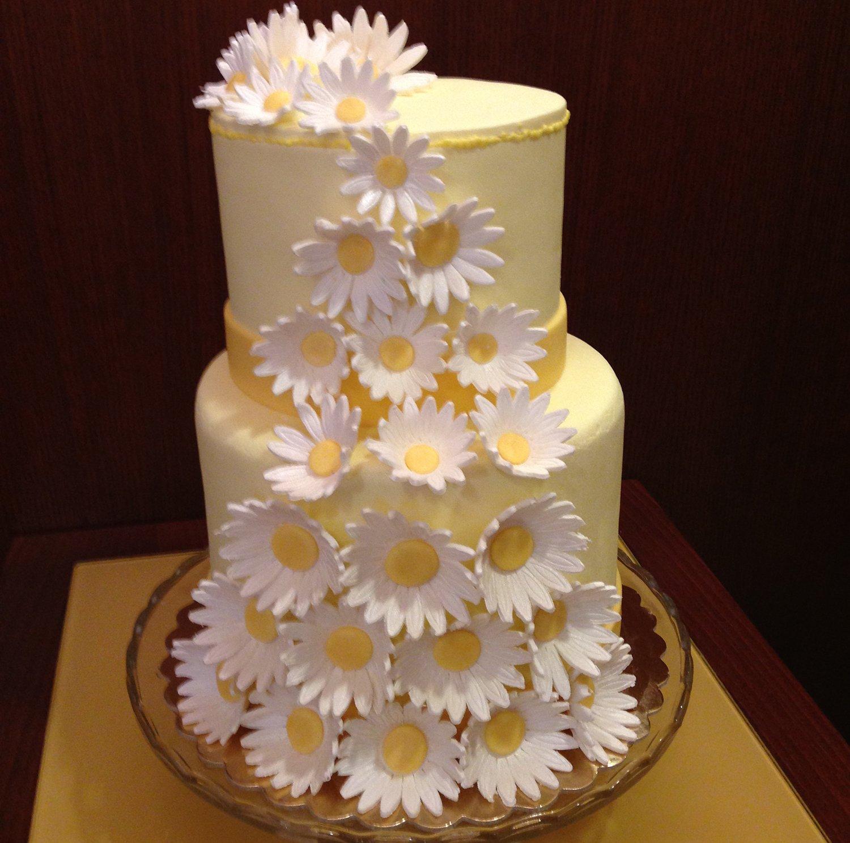 torta due piani con fiori bianchi