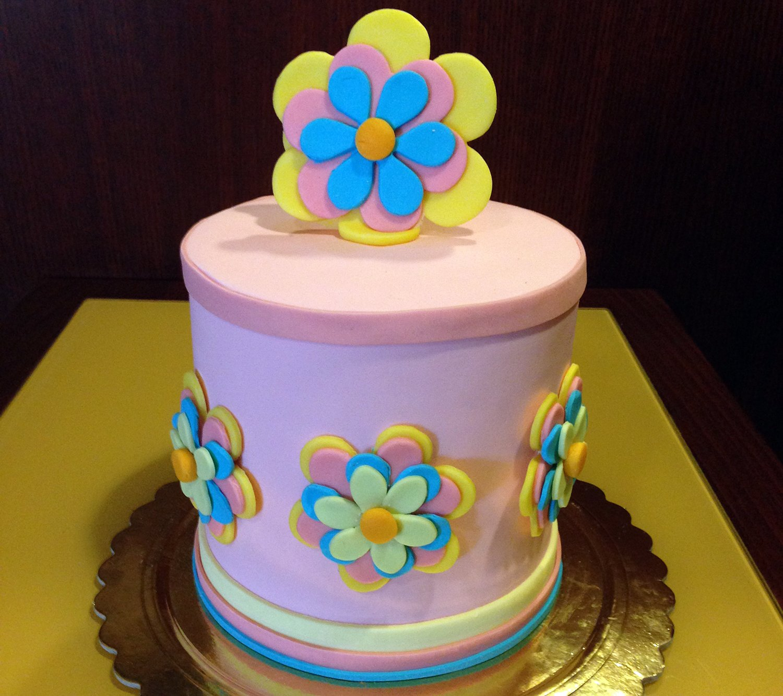 torta alta con fiore