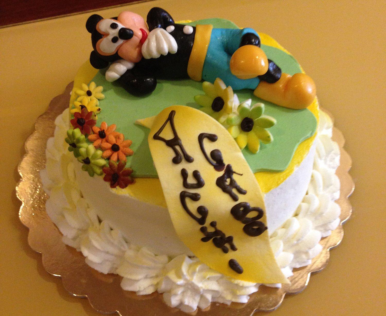 torta con personaggi in pasta di zucchero