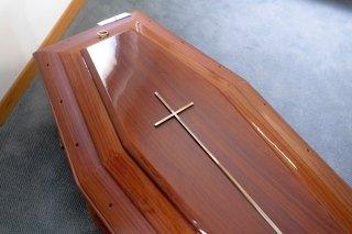 cofano funebre con croce