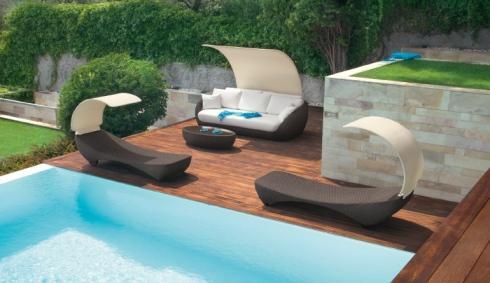 Originale mobili per la piscina,il sofà e le sedie a sdraio con ponte per il sole